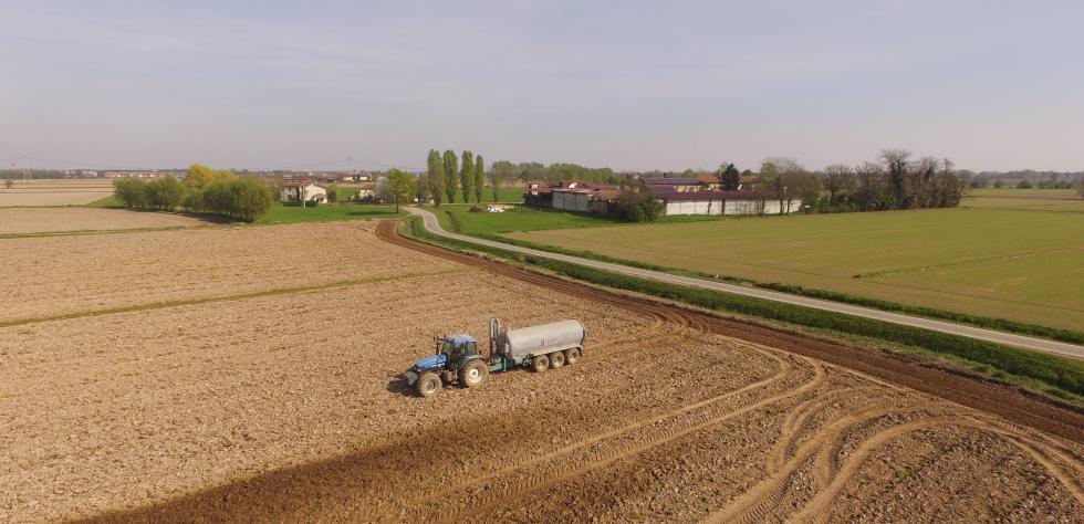 Trattore spandiletame nei campi dell'Azienda Agricola Rossi Fratelli a Noviglio