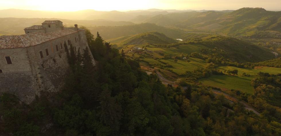 veduta aerea del Castello di Montebello e della Valmarecchia al tramonto