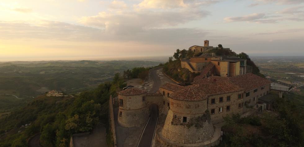 fotografia aerea del tramonto sul Castello Due Torri di Torriana in Valmarecchia