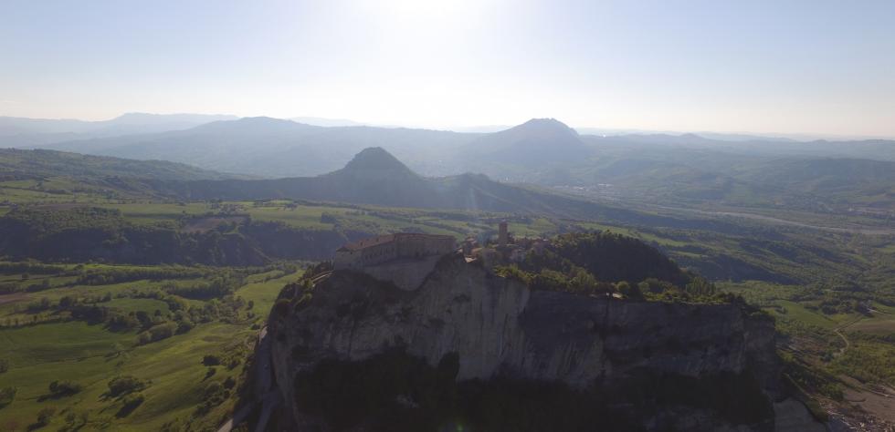 Lo sperone di roccia su cui poggia San Leo immerso nella Valmarecchia