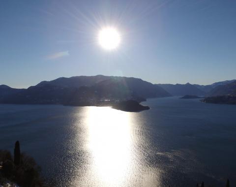 Nei cieli di Varenna guardando Bellagio e i due rami del lago