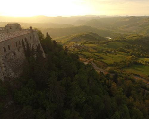L'altura su cui si erge il Castello di Montebello che domina la Valmarecchia